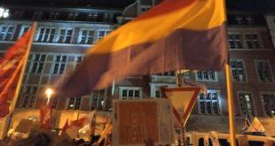 Militantes de IU Berlín ondean la bandera republicana española ante la sede central del FPD.