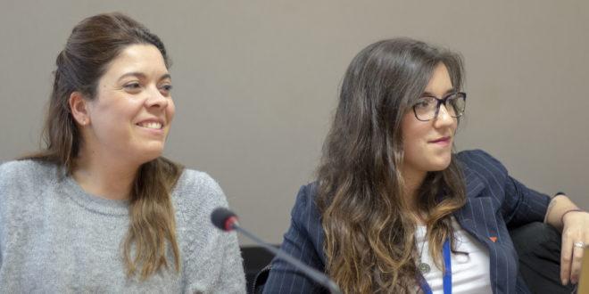 De izquierda a derecha, María Martínez, coportavoz saliente de IU Exterior, y la nueva coportavoz, Nerea Fernández.